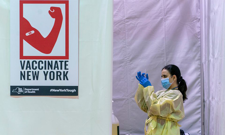 Nhân viên y tế chuẩn bị mũi tiêm vaccine Covid-19 tại trung tâm cộng đồng Bronx River ở New York hôm 31/1. Ảnh: AP.