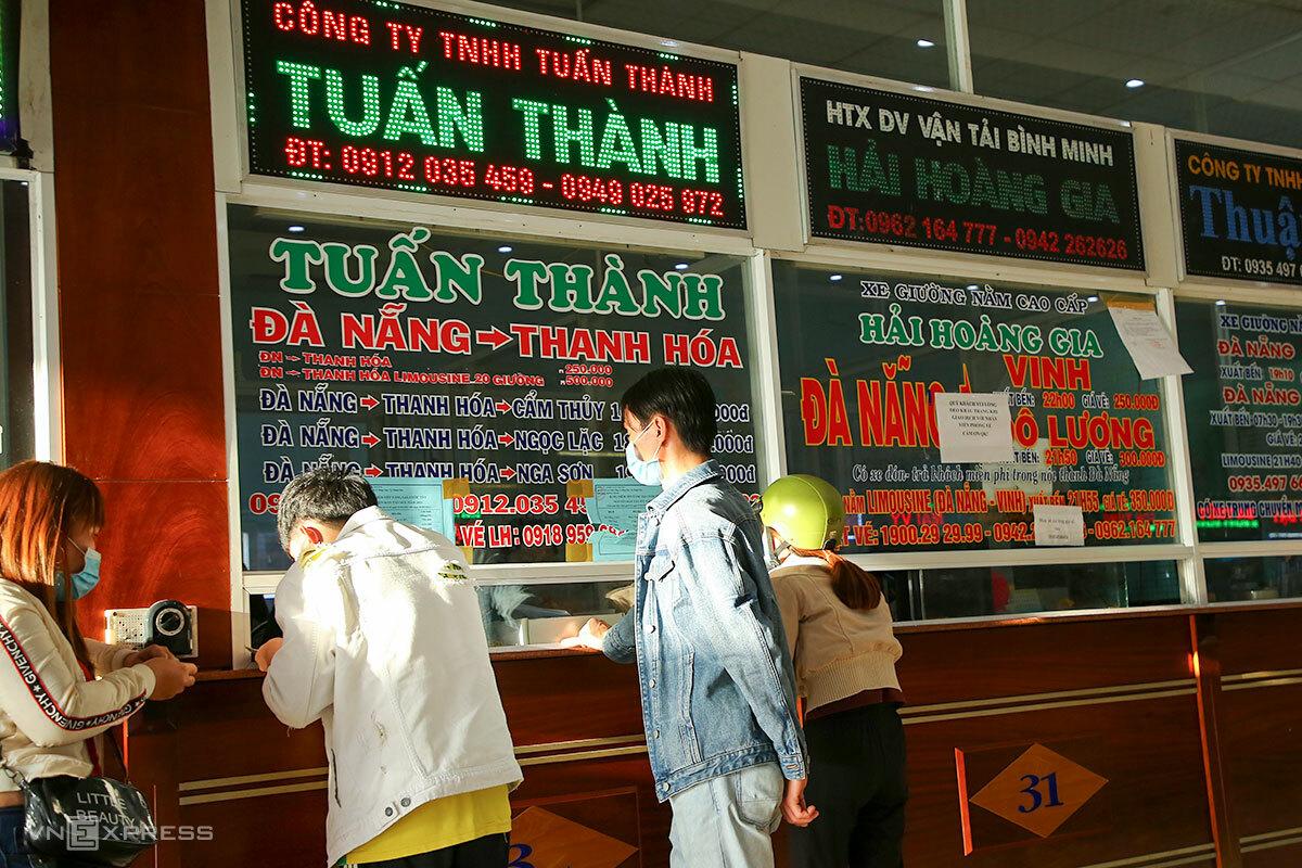 Nhiều người dân đến quầy vé ở Đà Nẵng trả vé về quê. Ảnh: Nguyễn Đông.