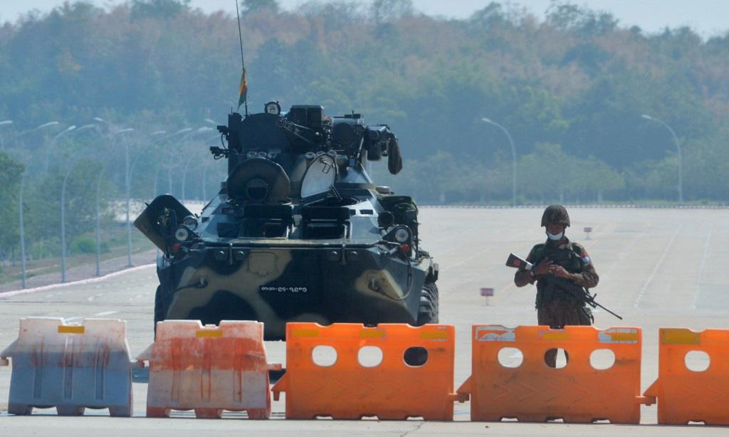 Lính gác trên một con đường bị phong tỏa tại thủ đô Naypyidaw, Myanmar, hôm 1/2. Ảnh: AFP.