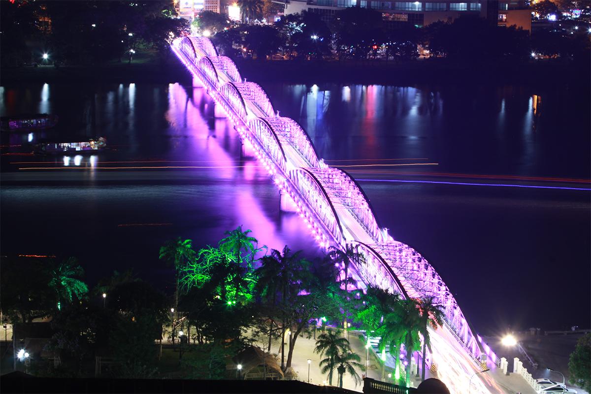 Cầu Trường Tiên bắc qua sông Hương. Ảnh: Võ Thạnh