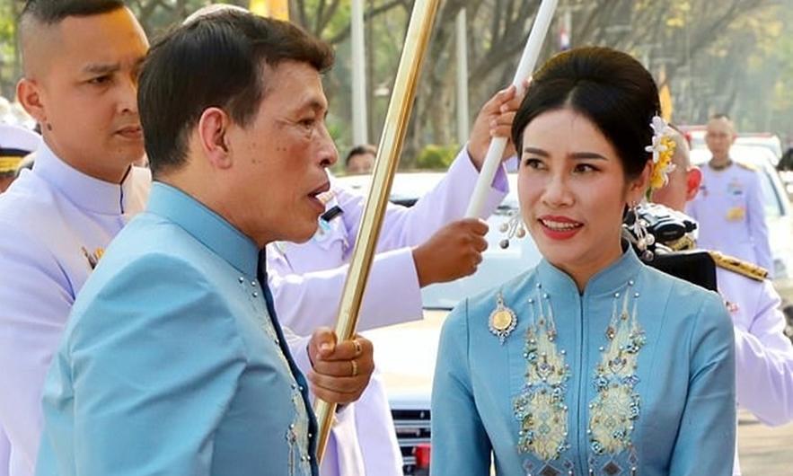 Nhà vua và Hoàng quý phi Sineenat  trong buổi lễ mừng sinh nhật 36 tuổi của bà Sineenat  hôm 26/1. Ảnh: EPA.