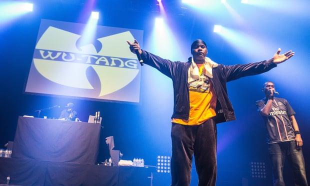 Ban nhạc hip-hop Mỹ Wu-Tang Clan với logo chữ W cách điệu. Ảnh: David Wolff-Patrick/Redferns.