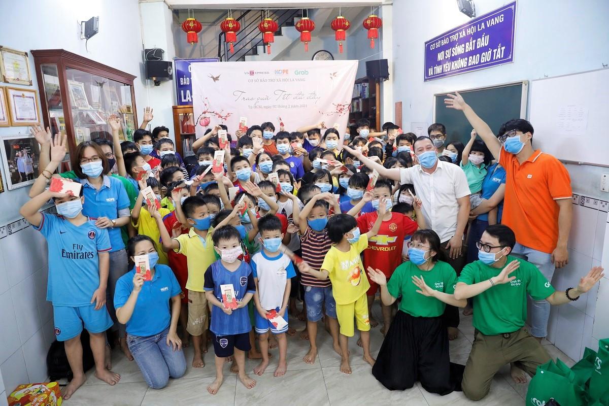 Các em nhỏ mồ côi, không nơi nương tựa ở mái ấm La Vang nhận quà Tết của bạn đọc VnExpress, doanh nghiệp. Ảnh: Hữu Khoa