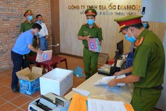 Cảnh sát thu giữ các tài liệu vụ án tại công ty địa ốc Diamond Land (Phan Thiết). Ảnh: Đức Huynh.