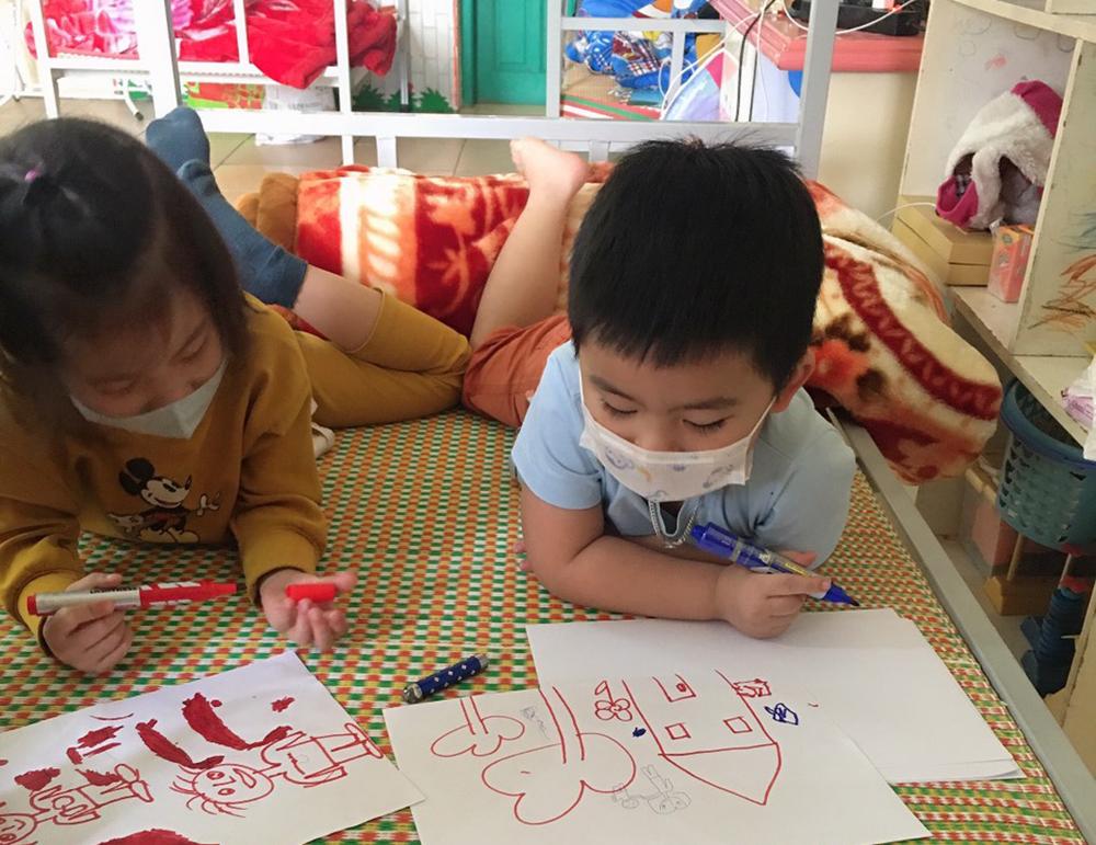 Con trai chị Khánh cùng bạn tập vẽ trong khu cách ly. Ảnh: Nhân vật cung cấp.