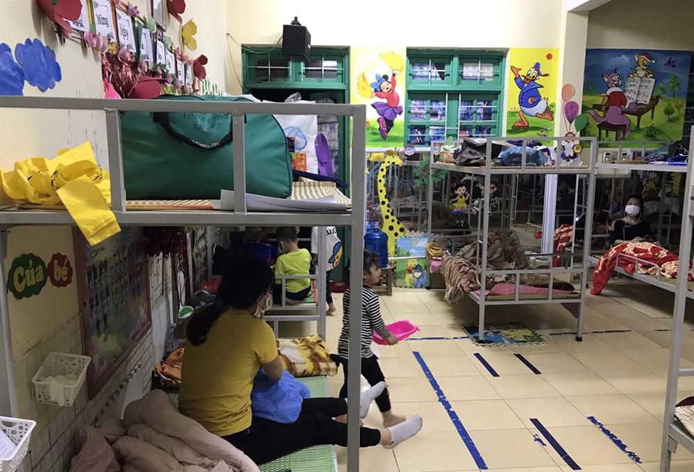 Khoảng 100 giường tầng của quân đội được chuyển đến trường Mầm non Bạch Đằng, lắp đặt trong các phòng học để phục vụ cách ly. Ảnh: Nhân vật cung cấp.