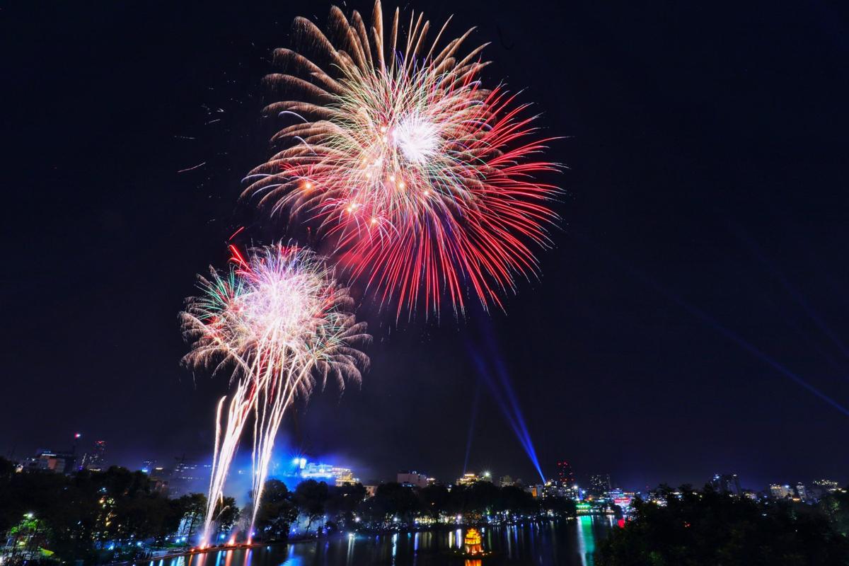 Pháo hoa ở hồ Hoàn Kiếm giao thừa Tết dương lịch 2021. Ảnh: Ngọc Thành