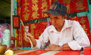 Ông đồ hơn 50 năm viết chữ trong khu Chợ Lớn