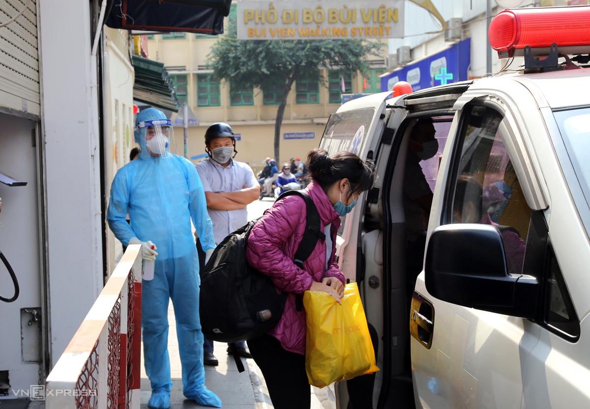 Nhân viên quán cà phê trên đường Bùi Viện cũng được đưa đi cách ly. Ảnh: Đình Văn.