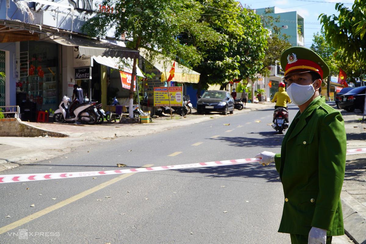 Tuyến đường Nguyễn Đình Chiểu, TP Pleiku, bị phong tỏa trưa 3/2, nơi ghi nhận ca dương tính thứ 14 tại Gia Lai. Ảnh: Trần Hóa.