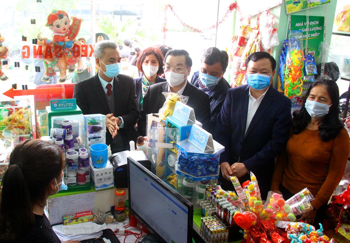 Ông Chu Ngọc Anh kiểm tra công tác phòng, chống dịch Covid 19 tại một siêu thị mini tại Khu đô thị Thanh Hà (Thanh Oai). Ảnh: Võ Hải.
