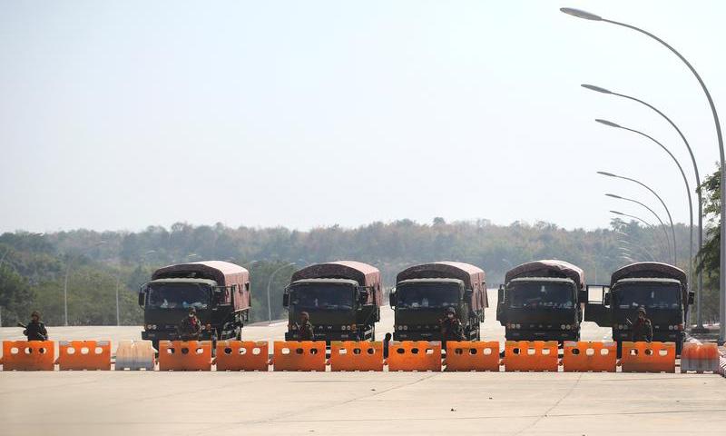 Một trạm kiểm soát của quân đội Myanmar tại thủ đô Naypyidaw hôm 1/2. Ảnh: Reuters.