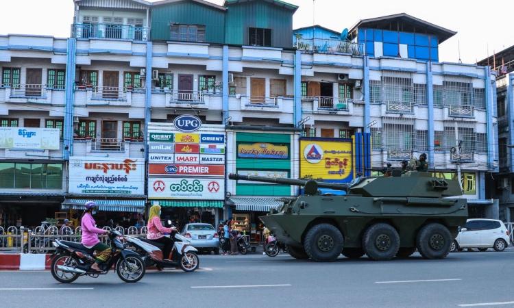 Xe bọc thép di chuyển trên đường phố Myitkyina, bang Kachin, Myanmar, hôm 2/2. Ảnh: AFP.