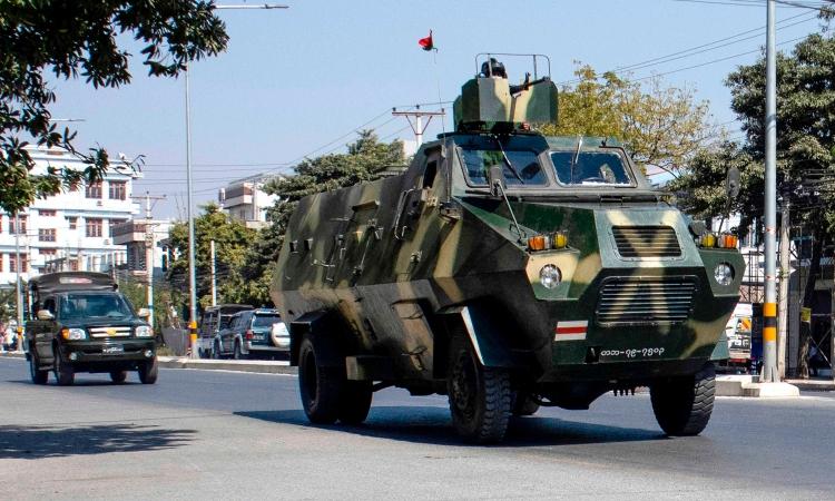 Đoàn xe quân sự trên đường phố Mandalay, Myanmar, hôm 2/2. Ảnh: AFP.