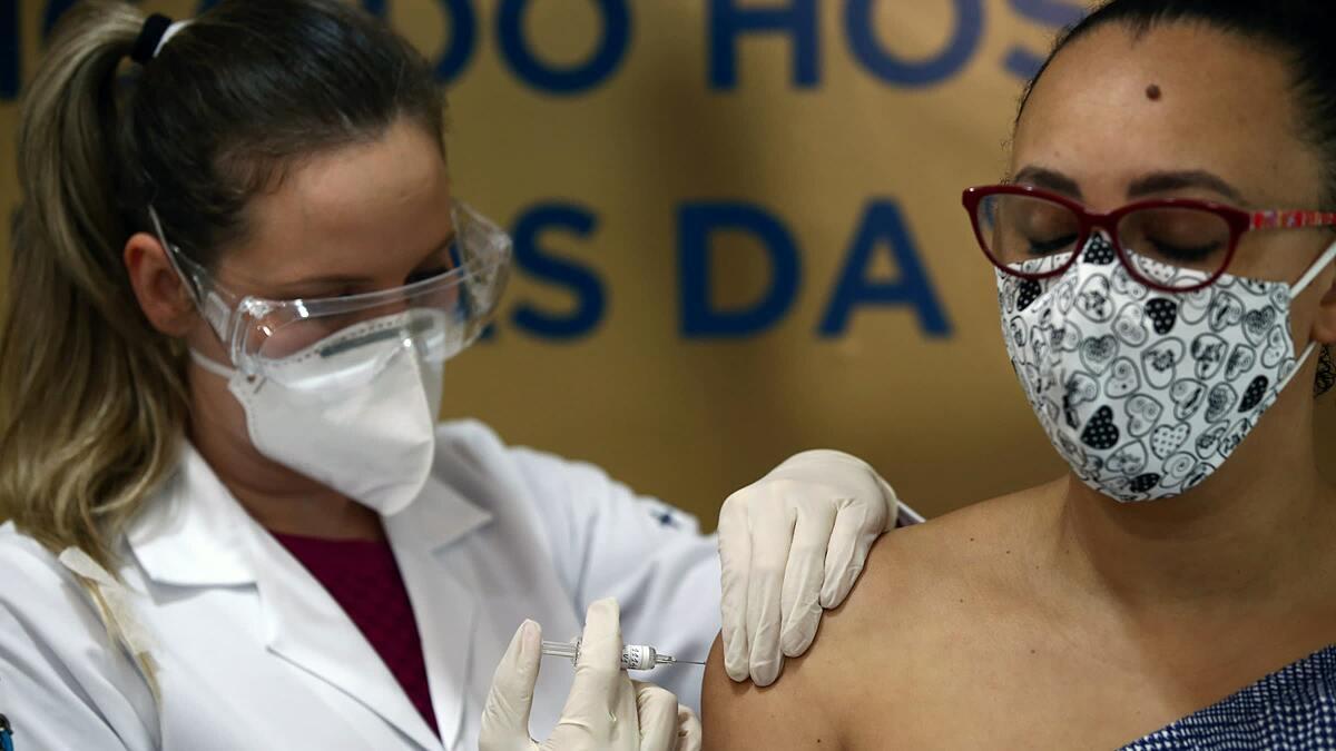 Y tá tiêm vaccine Sinovac cho tình nguyện viên ở Brazil hồi tháng 8. Ảnh:Reuters.