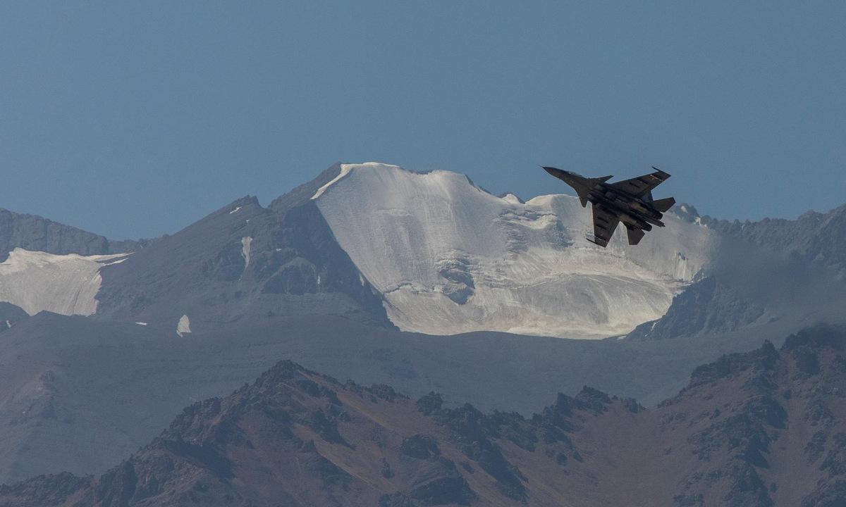 Tiêm kích Su-30MKI Ấn Độ tuần tra sát biên giới Trung Quốc. Ảnh: IAF.