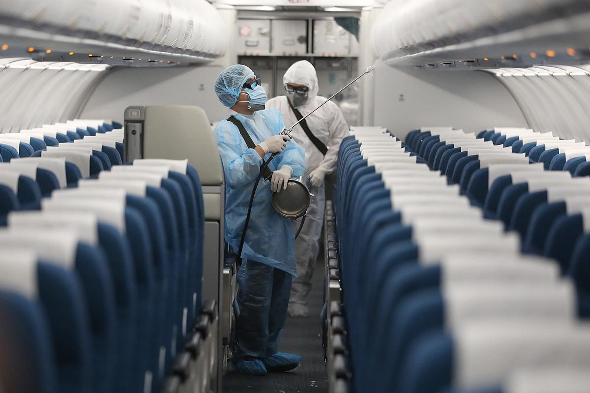 Khử khuẩn trên máy bay Vietnam Airlines. Ảnh: Ngọc Thành.