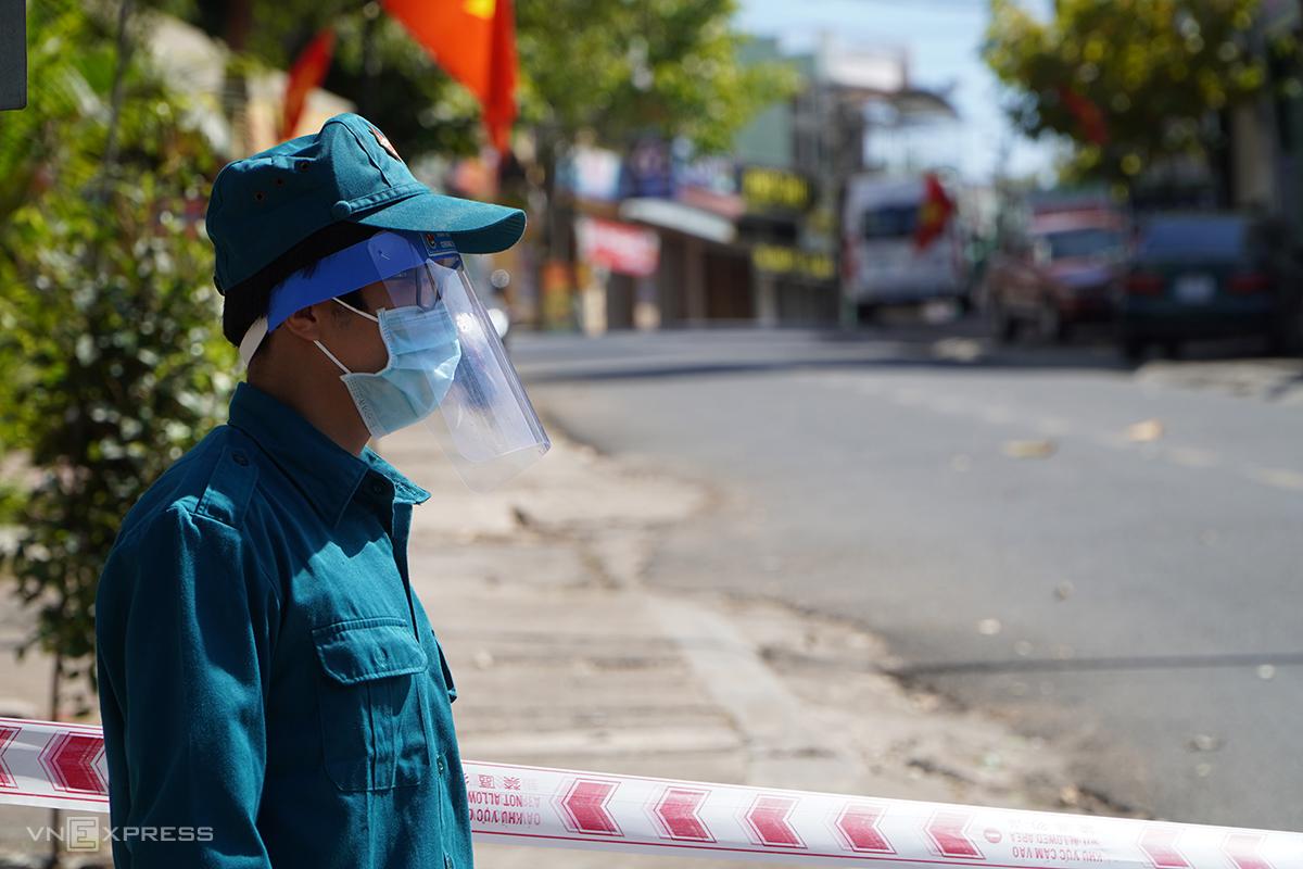 Cơ quan chức năng chốt chặn ở hai đầu đường Nguyễn Đình Chiểu, trưa 3/2. Ảnh: Trần Hóa.