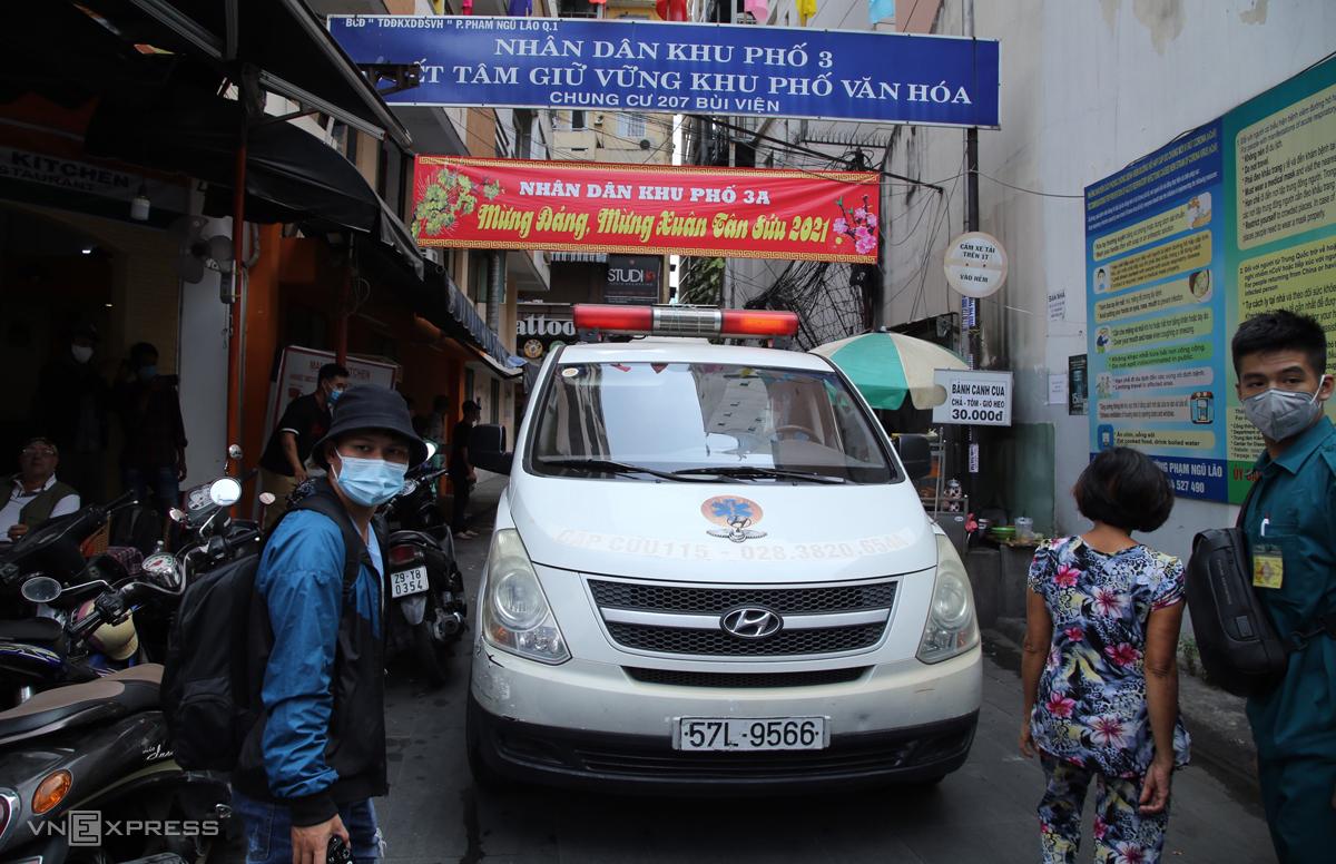 Xe cấp cứu vào hẻm 207 Bùi Viện chở hai vợ chồng từng tiếp xúc bệnh nhân đi cách ly, chiều 3/2. Ảnh: Đình Văn