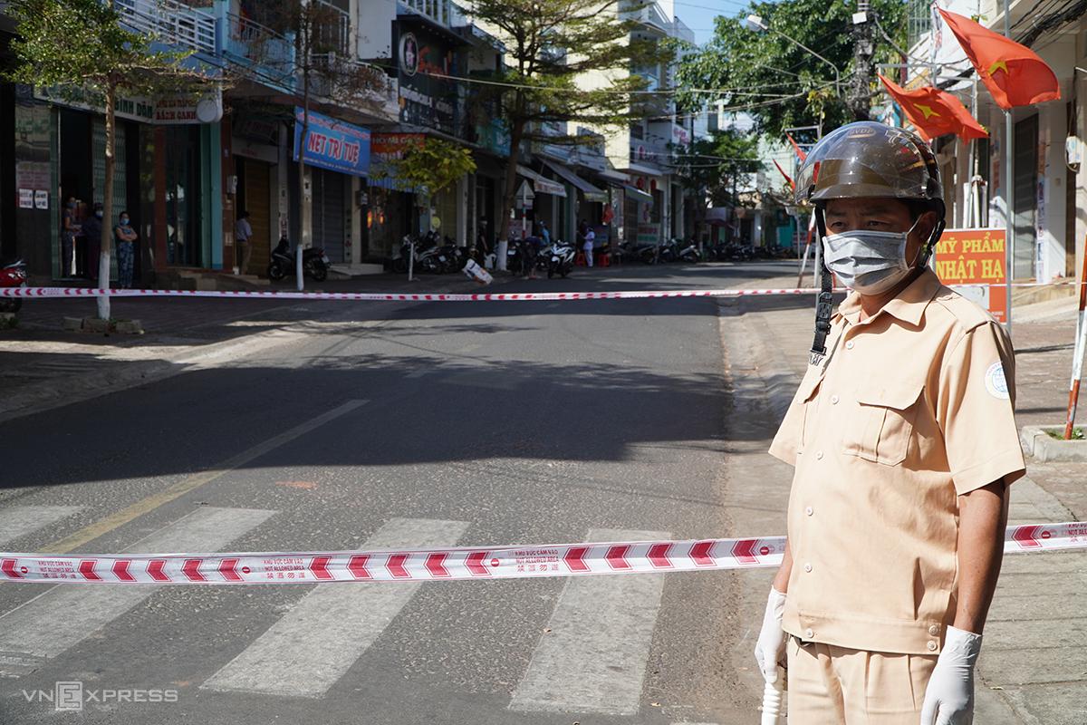 Tuyến đường Nguyễn Đình Chiểu, TP Pleiku bị phong tỏa sau khi có ca mắc Covid -19 thứ 14. Ảnh: Trần Hóa.