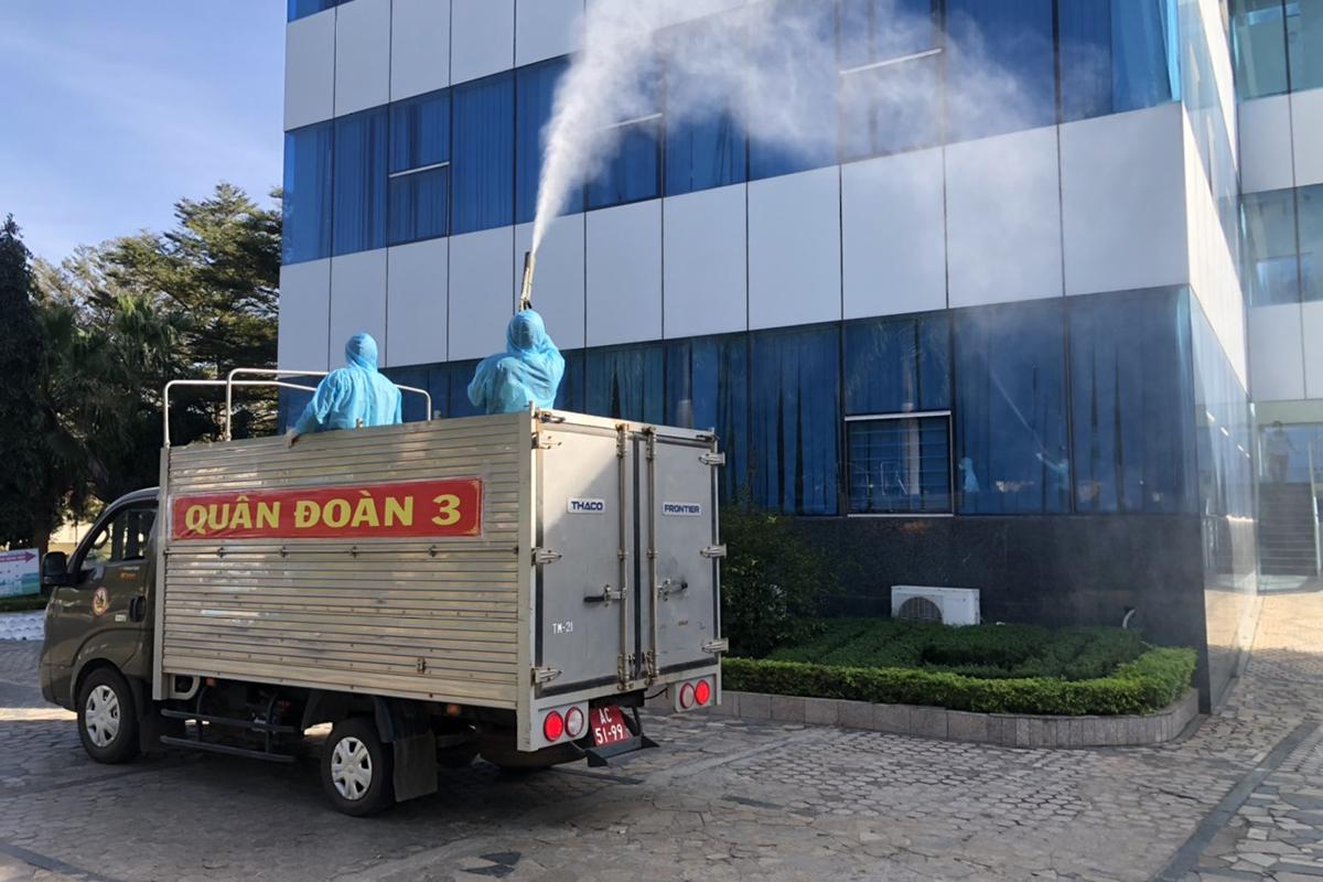 Quân đoàn 3 phun hóa chất khử khuẩn ở Bệnh viện đại học Y dược Hoàng Anh Gia Lai hôm 2/2. Ảnh: Vĩnh Long.