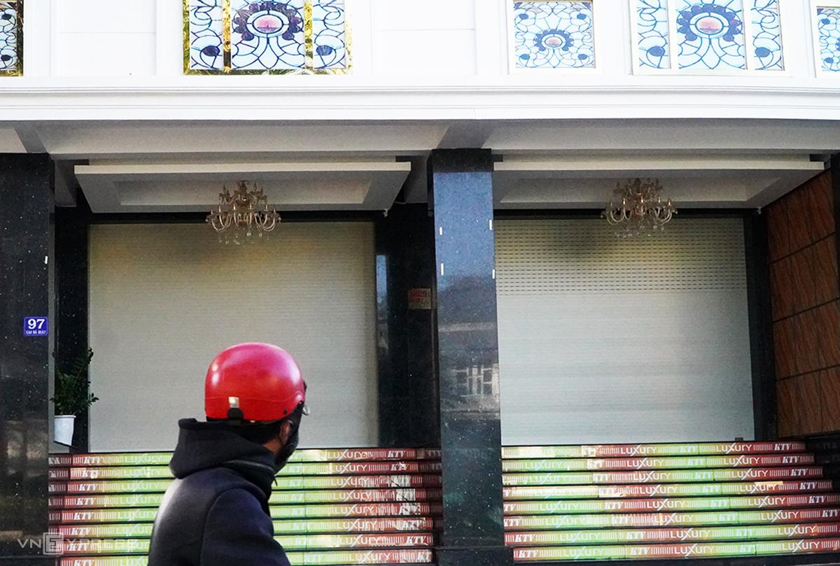 Quán karaoke ở TP Pleiku đóng cửa phòng dịch, sáng 3/2. Ảnh: Trần Hóa.