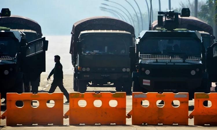 Các binh sĩ đứng gác trên một con đường bị phong tỏa gần Quốc hội Myanmar ở Naypyidaw ngày 2/2. Ảnh: AFP.