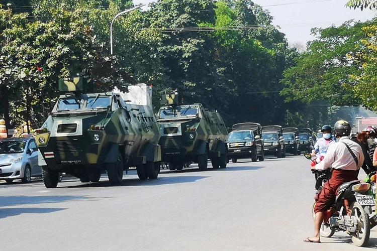 Xe bọc thép của quân đội Myanmar trên đường phố Mandalay, Myanmar, ngày 2/2. Ảnh: Reuters.