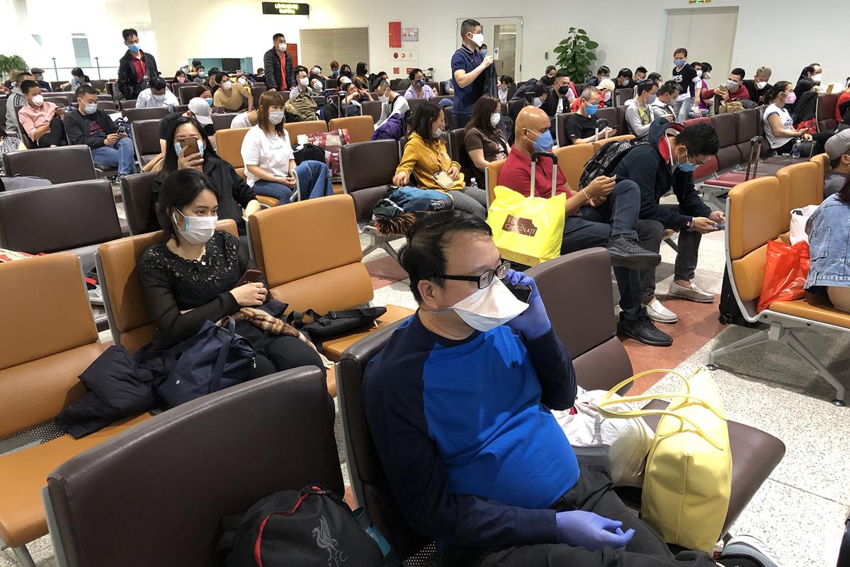 Hành khách chật vật đổi vé tàu, máy bay