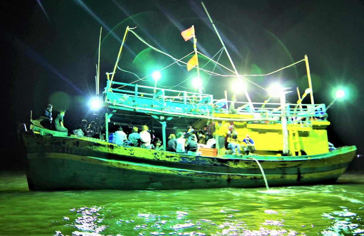 Tàu cá chở 34 người Việt nhập cảnh trái phép. Ảnh: Khánh Hưng