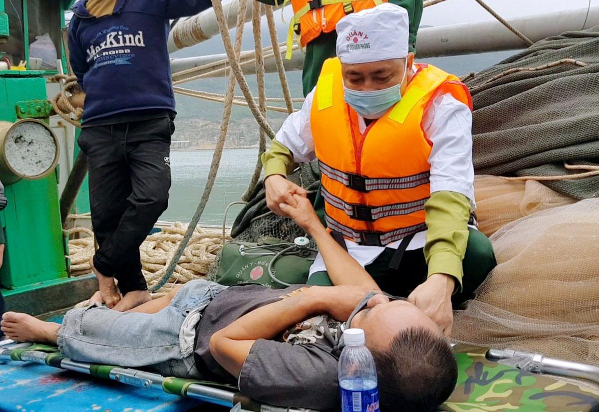 Quân y sơ cứu cho một thuyền viên gặp nạn. Ảnh: Đức Hùng