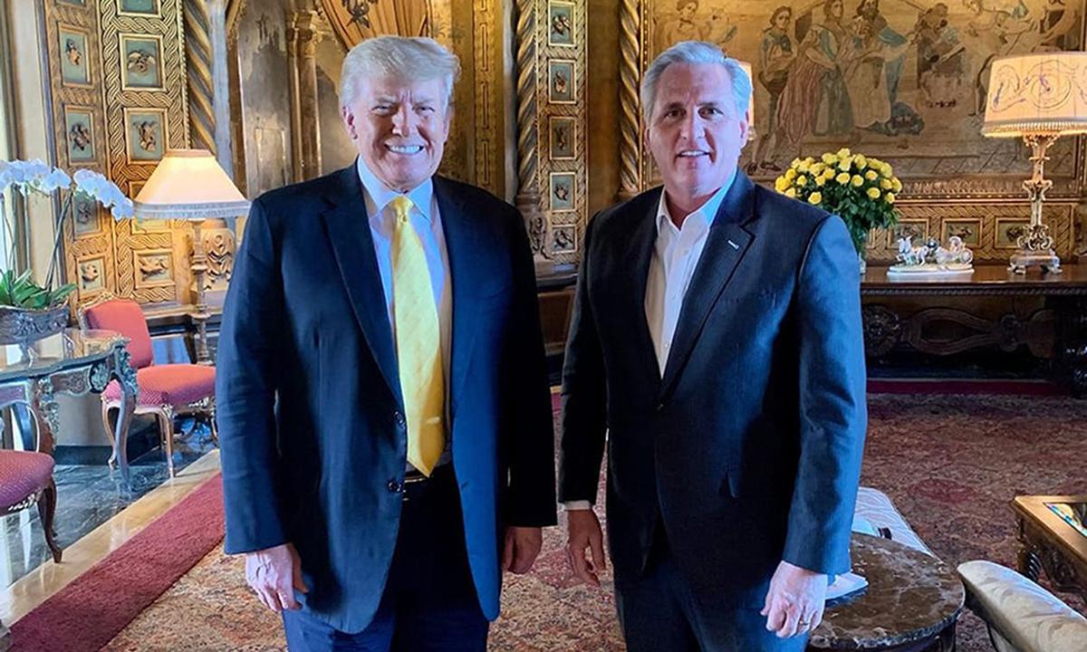 Donald Trump (trái) và Lãnh đạo phe thiểu số Hạ viện Kevin McCarthy tại Mar-a-Lago ở bang Florida hôm 28/1. Ảnh: WSJ.