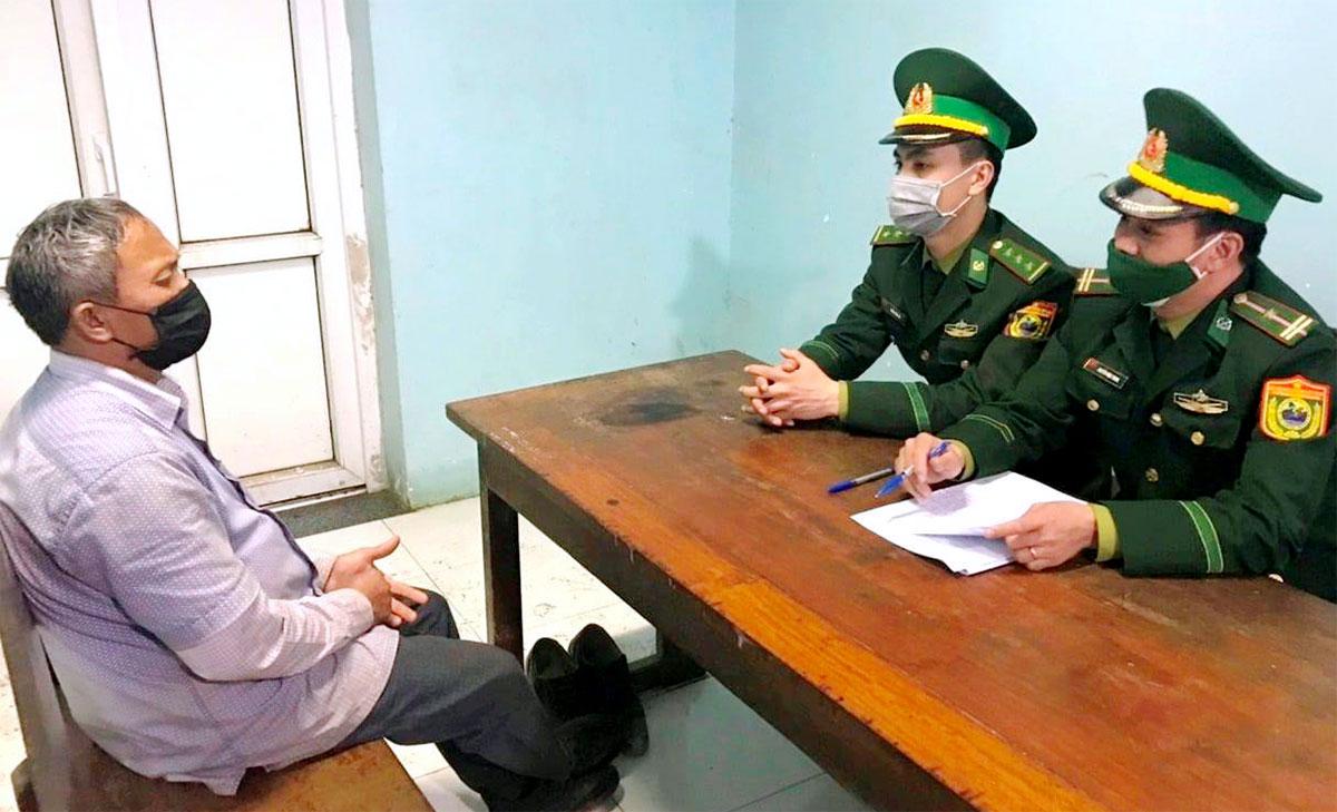 Ông Hương (góc phải) làm việc với nhà chức trách. Ảnh: Hùng Lê