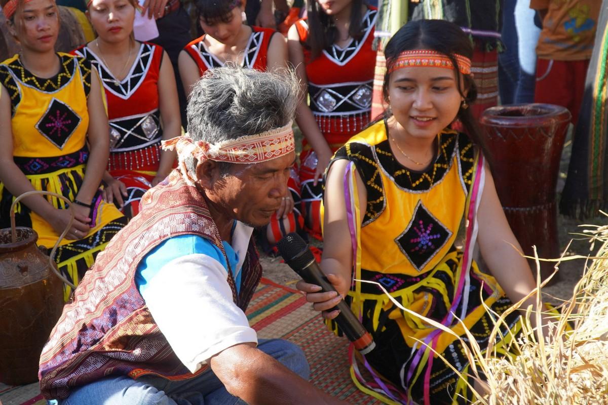 Già làng Mang Biên, xã Phan Tiến đọc lời khấn vái cầu cho mùa mang tươi tốt, dân làng khỏe mạnh. Ảnh: Việt Quốc.