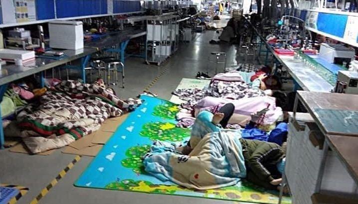 Công nhân ngủ tại phân xưởng những ngày đầu dịch. Ảnh: V.T