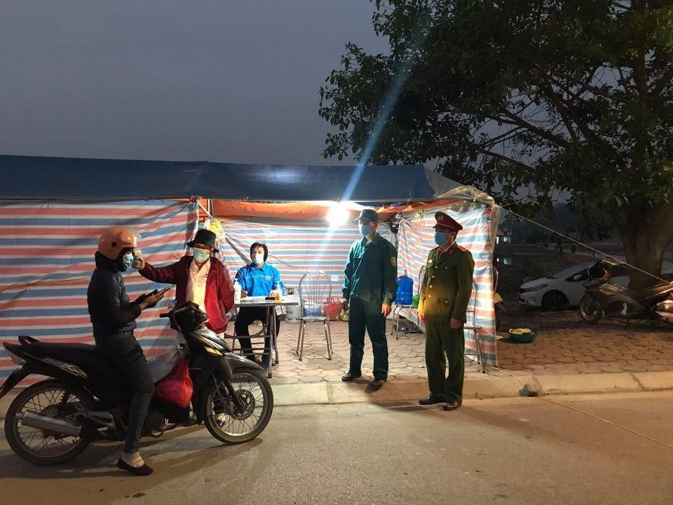 Kiểm tra thân nhiệt người dân ở một khu dân cư thuộc TP Chí Linh. Ảnh: V.T