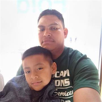Bé Fernando và bố. Ảnh: RAICES