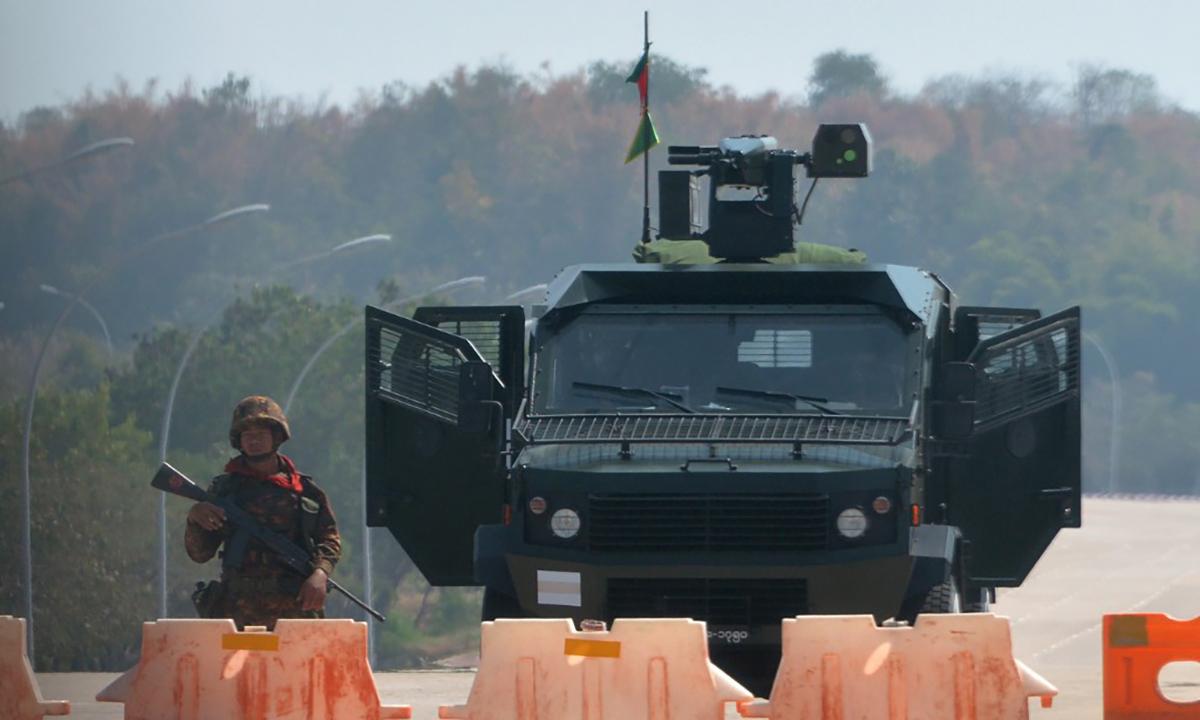 Binh sĩ Myanmar đứng tại một trạm kiểm soát của quân đội tại thủ đô Naypyidaw, ngày 1/2. Ảnh: Reuters.