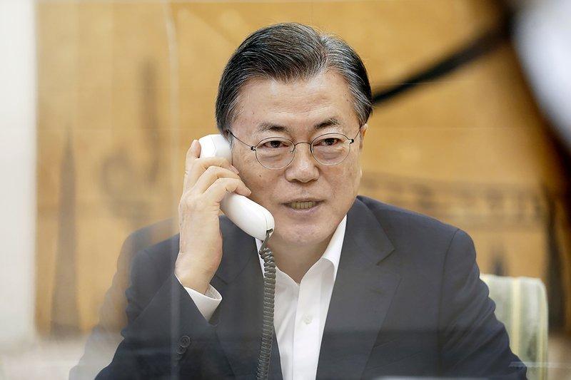 Tổng thống Hàn Quốc Moon Jae-in điện đàm với Tổng thống Mỹ Joe Biden tại Nhà Xanh, Seoul, hôm 4/1. Ảnh: AP