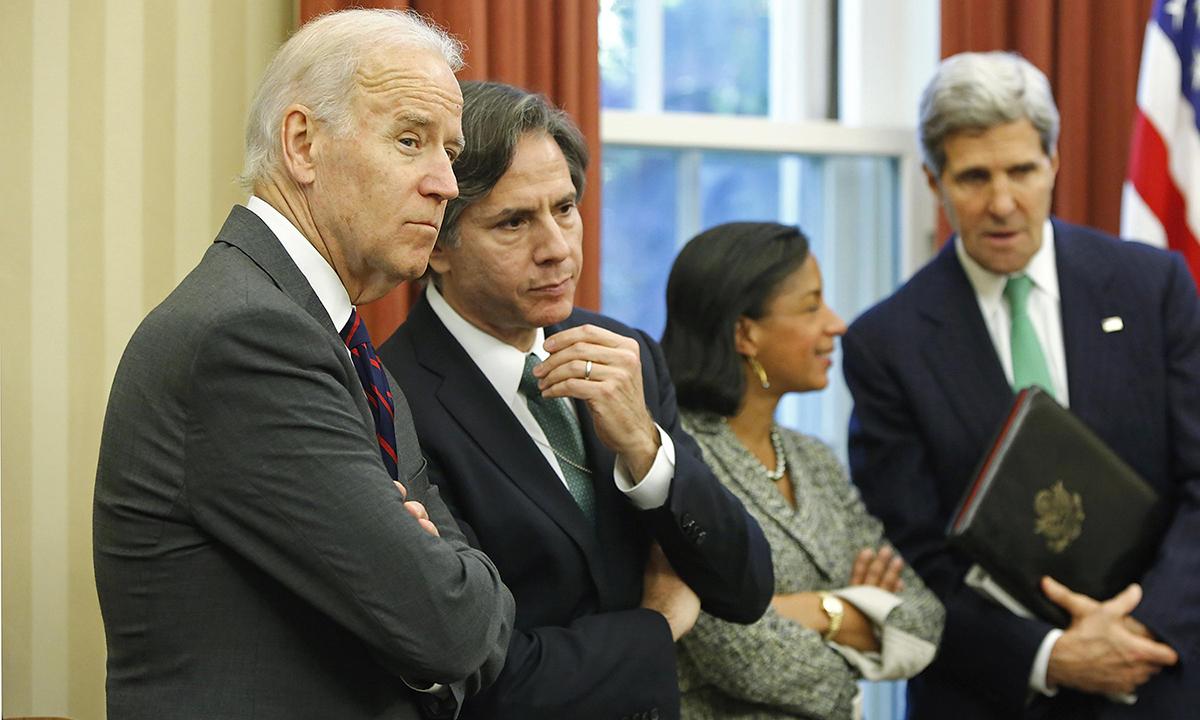 Joe Biden (trái) đứng cạnh Antony Blinken tại Phòng Bầu dục ở Nhà Trắng tháng 11/2013. Ảnh: Reuters.