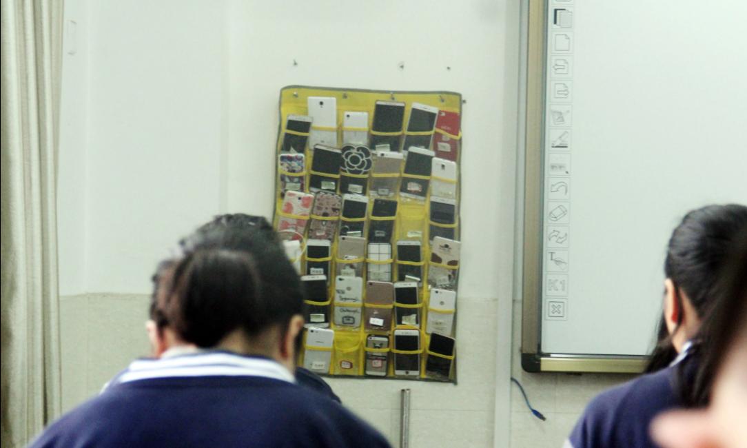 Học sinh tại Trung Quốc để điện thoại tập trung tại một khu vực trong giờ học. Ảnh: SCMP