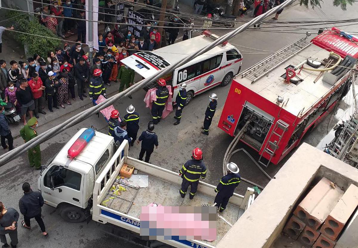 Cảnh sát đưa thi thể các nạn nhân ra ngoài. Ảnh: Huy Mạnh.