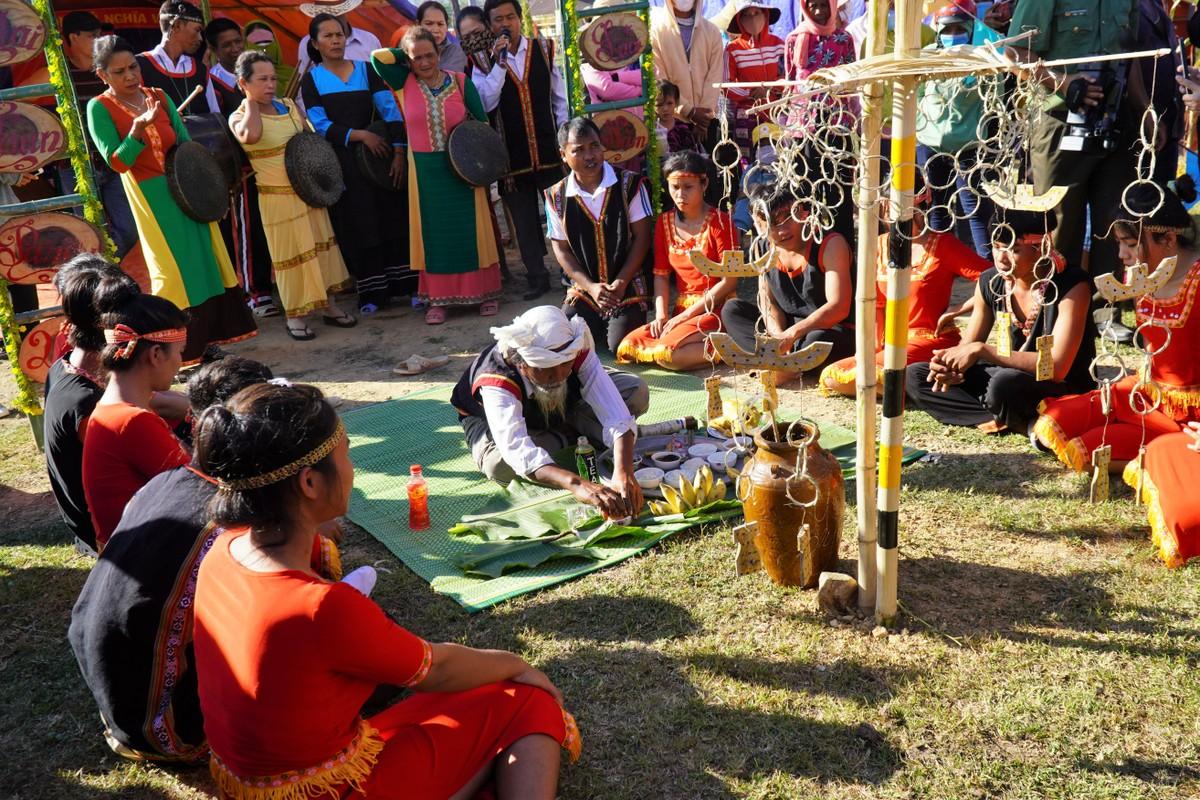 Già làng Mang Lầu, xã Phan Điền (huyện Bắc Bình) cùng dân làng cúng lễ ăn lúa mới. Ảnh: Việt Quốc.