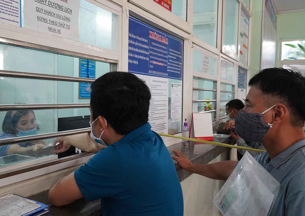 Hành khách đổi vé tại ga Biên Hòa. Ảnh: Phước Tuấn.