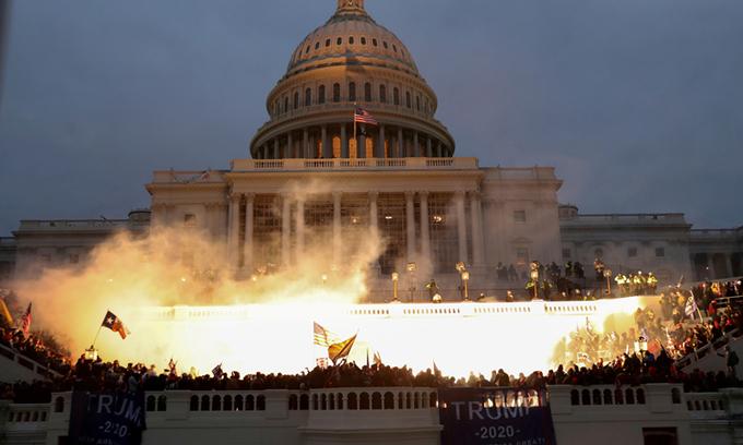 Đám đông gây bạo loạn tại tòa nhà quốc hội Mỹ hôm 6/1. Ảnh: Reuters.