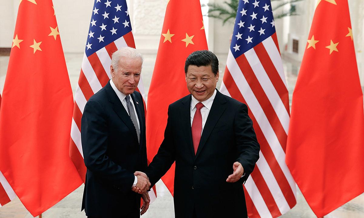 Joe Biden (trái) bắt tay Chủ tịch Tập Cận Bình tại Trung Quốc hồi năm 2013. Ảnh: AP.