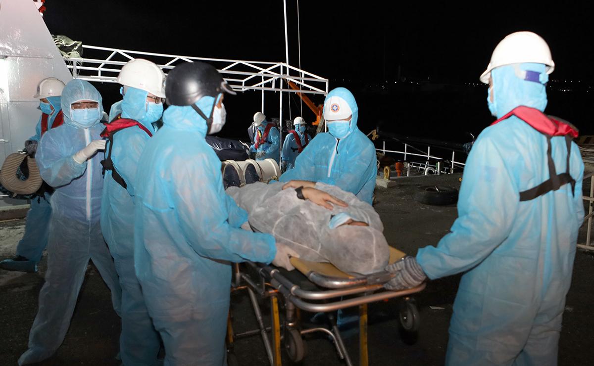 Anh Daviron Maglaccion được được đưa vào đất liền, chuyển đến bệnh viện, rạng sáng 4/1. Ảnh: Xuân Ngọc.