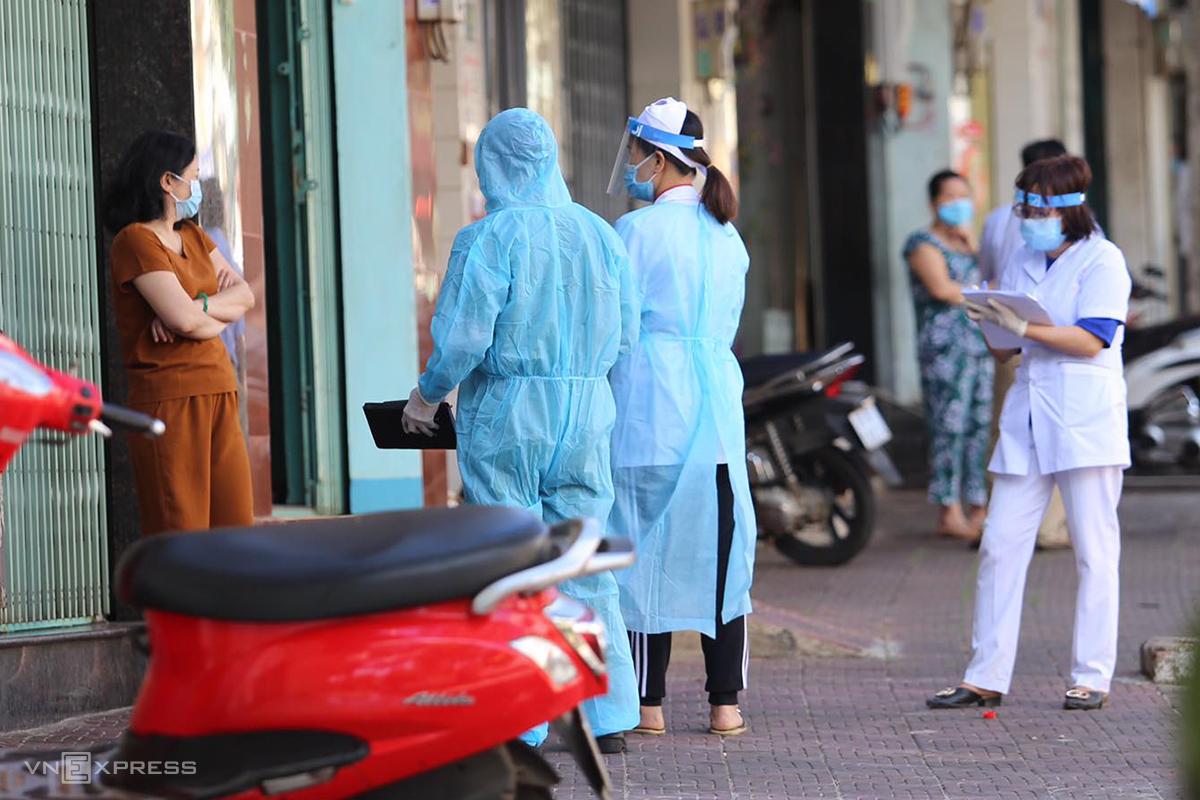 Cán bộ y tế lấy mẫu xét nghiệm trong khu vực phong tỏa ở TP Pleiku, trưa 3/2. Ảnh: Trần Hóa.