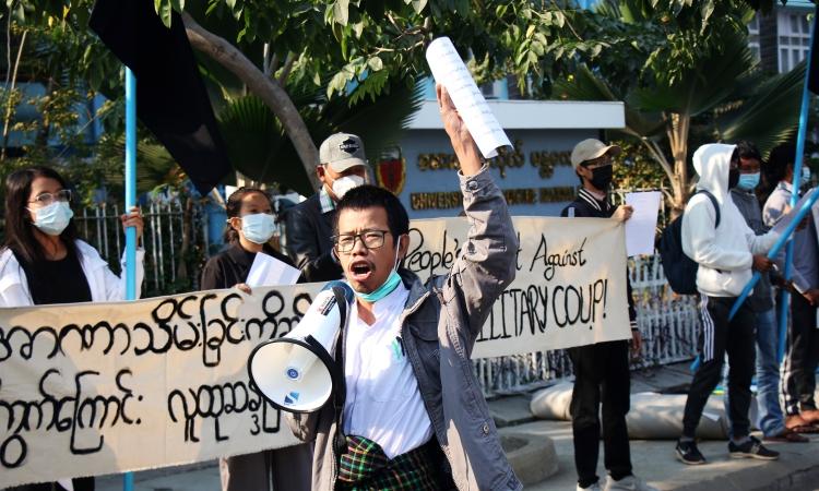 Một nhóm cư dân ở Mandalay, thành phố lớn thứ hai Myanmar, xuống đường hô khẩu hiệu và giơ biểu ngữ phản đối đảo chính quân sự hôm nay. Video: Facebook/ Democracy Vision.