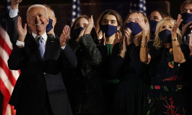 Tổng thống Mỹ Joe Biden và gia đình ăn mừng chiến thắng ở Wilmington, Delaware, hôm 7/11/2020. Ảnh: Reuters.